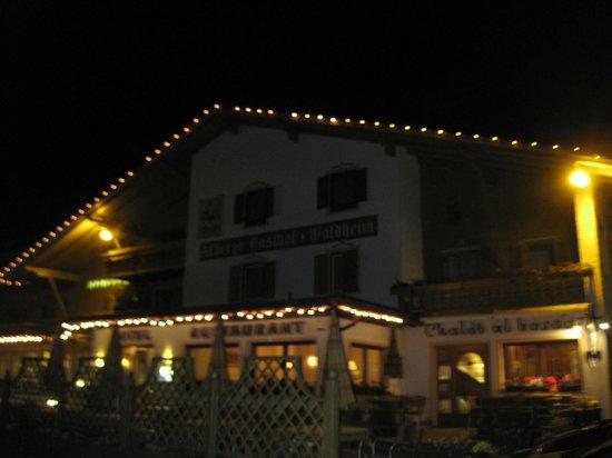 Hotel Restaurant Wellness Waldheim: Vista notturna dell'hotel