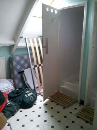 Glastonbury Backpackers: Another view of the shower room
