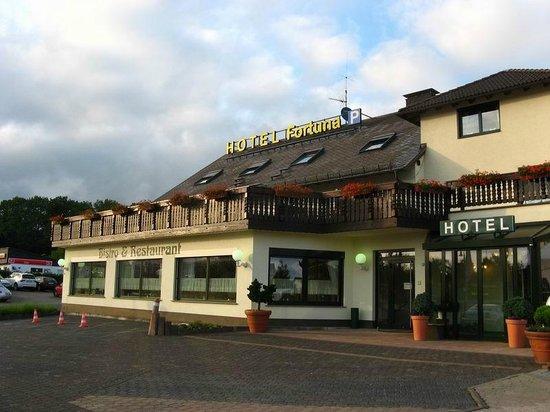 Airport Hotel Fortuna: Entrada del hotel
