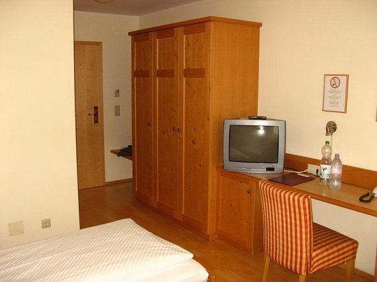 Airport Hotel Fortuna: Habitación