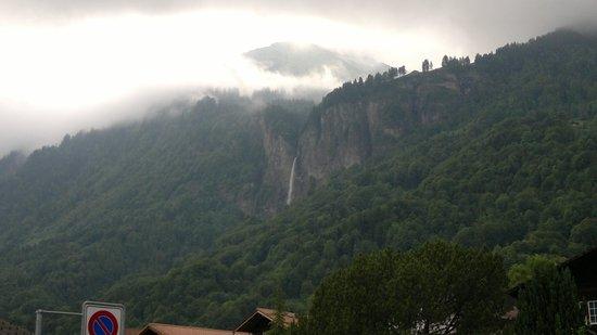 Hotel Lindenhof: Водопад видно с крыльца