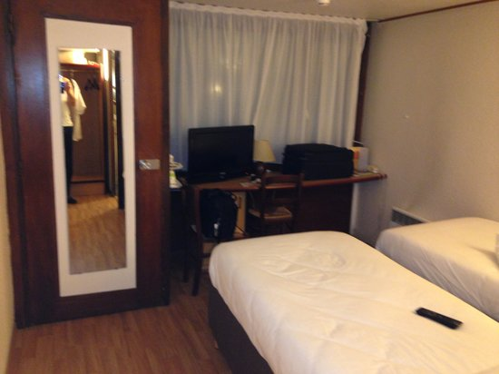 Campanile Le Bourget - Gonesse : The tiny room again