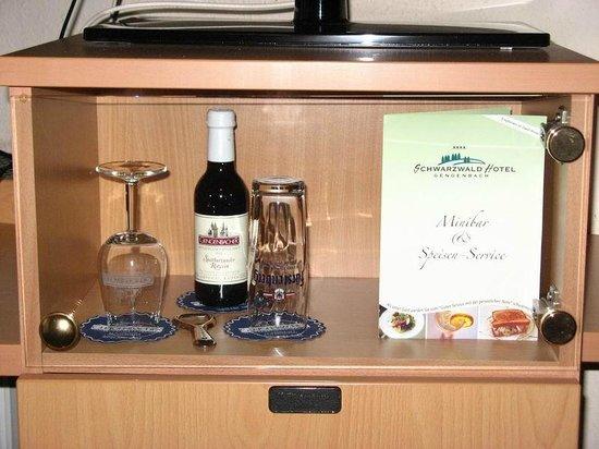 Schwarzwald-Hotel Gengenbach : Mini bar con nevera