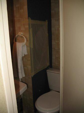 Hotel Bordeaux: dziura w ścianie łazienki zabezpieczona jedynie papierem