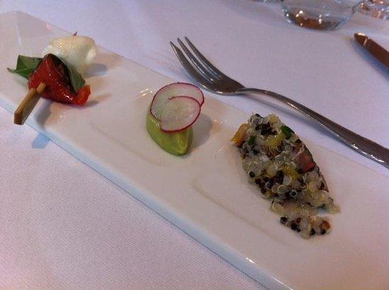 Hotel Au Vieux Moulin : Appetizer van het huis (mozzarella/tomaat, avocado-mousse, quinoa)