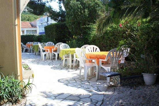 Hôtel le Virevent : Terrasse petit déjeuner