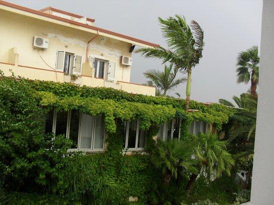 La Costa Smeralda: facciata anteriore dell hotel dalle camera al di fuori della struttura