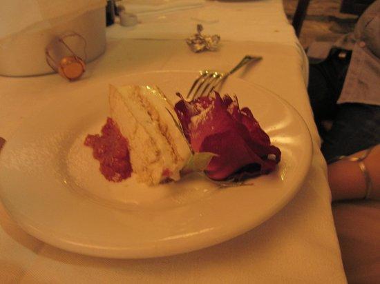 Azienda Agrituristica Il Gelso : torta di compleanno meringa con salsa alle rose