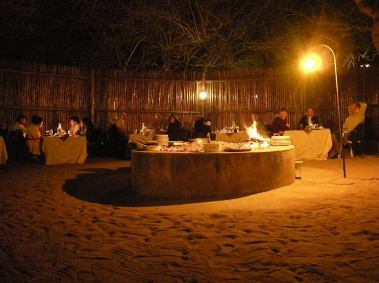 Pezulu Tree House Game Lodge: Dinner in the boma