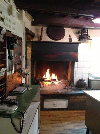 la cucina con il suo camino - Picture of Ristorante Del Ponte, San ...