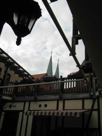 Hotel Zur Goldenen Sonne: Abendessen im Schatten mächter Türme