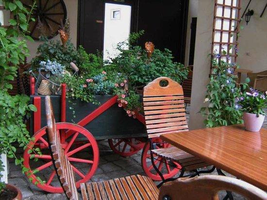 Quedlinburg, Germania: Eine tolle Idee - Blumen gleich schubkarrenweise