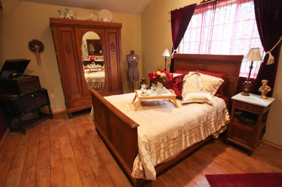 Carbon Countrys Shady Rest Bed and Breakfast : Go back on time in this antique victorian styled room with claw foot soaking tub