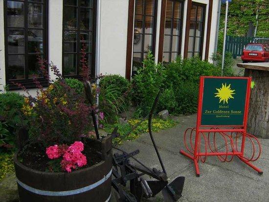 Hotel Zur Goldenen Sonne: Der Eingang vom Hotel - Pakrplatz