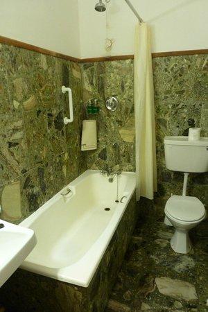 Renvyle House Hotel: Peeling plaster under shower