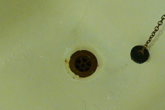 Renvyle House Hotel: Rusting plug hole in bath