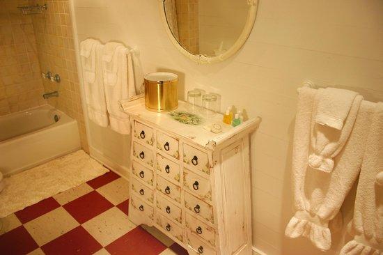 Cameron House Inn: Mirabella Bathroom