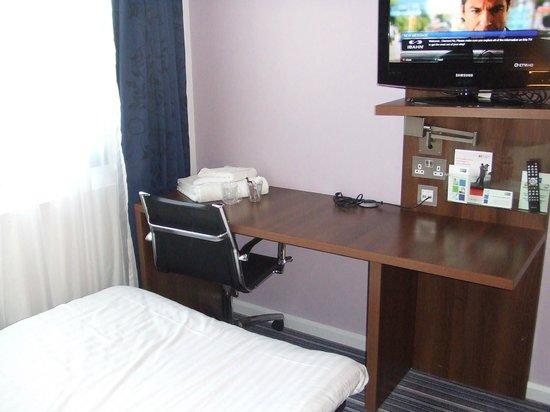 Holiday Inn Express Tamworth: Multi purpose desk