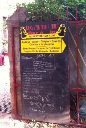 La Cantine Du Cure: En face de l'office de tourisme, à proximité de l'abbaye