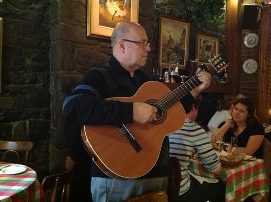 Cafe de Paris : singing man was talented