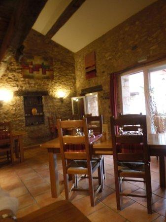 Auberge de Loubion: Salle de restauration avec cheminée