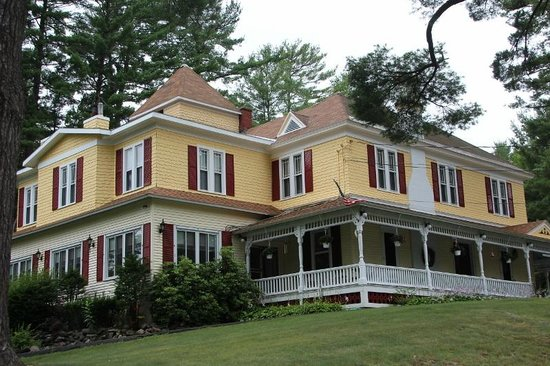 Lamplight Inn Bed and Breakfast: The B&B from the front