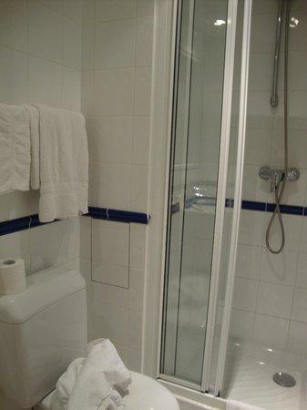 Hotel Grenelle: Banheiro da suite.