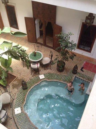 Riad Smara: La piscine et le patio