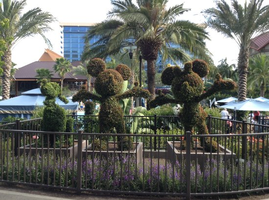 Disneyland Hotel: I want MY hedges to look like this!