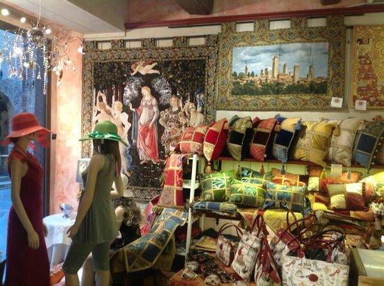 Negozio di Biancheria GIFT DI MEZZETTI MAURO: Arazzi, passamaneria toscana e camice da notte