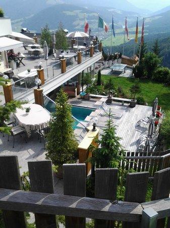 Berghotel Zirm: Piscina esterna e terrazza