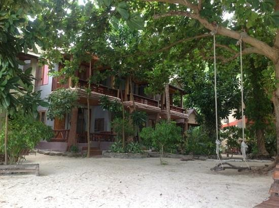 Big Fish Dive Resort: cabins in front ofthe sea