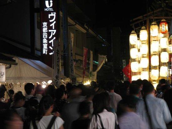 Via Inn Kyoto Shijo Muromachi: 宵々山 ホテル前