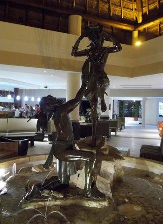 The Reef Coco Beach: El Hall. La fuente está acompañada de pequeñas tortugas. Hermosa escultura