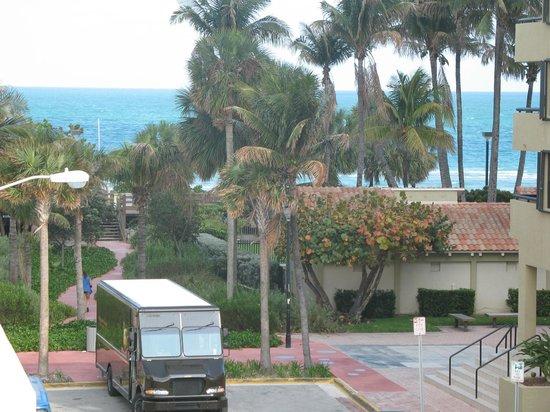 Lorraine Hotel: Vista da varanda do quarto (praia)