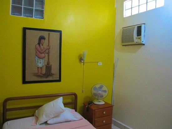 Hotel La Casona Iquitos: This room had both a fan and an air-conditioner.