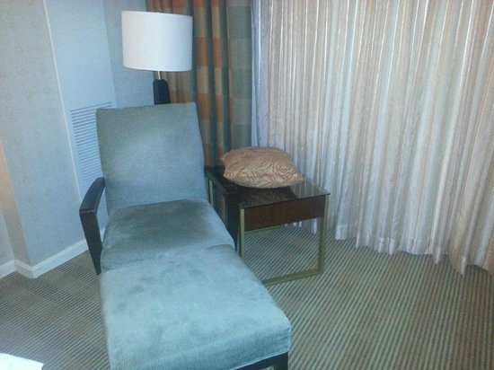 Hilton Alexandria Old Town: Chair in room