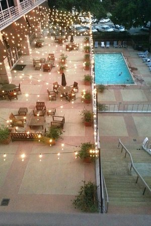 ‪شيراتون أوستن هوتل آت ذا كابيتول: Outdoor patio & pool‬