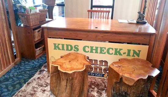 Woodlands Hotel & Suites - Colonial Williamsburg: Kid's check-in located in lobbery