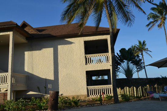 Amani Tiwi Beach Resort: The rooms from a side view
