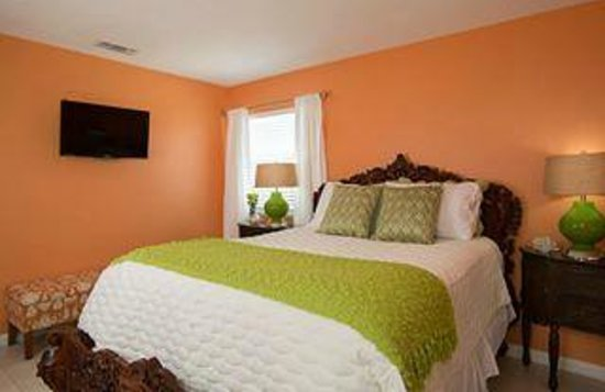 Beachcomber Cottages on Vilano : Oceanview Cottage--one of two bedrooms, both Queen sized beds