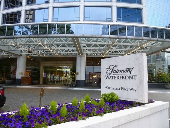 Fairmont Waterfront : entrance opposite Canada Place