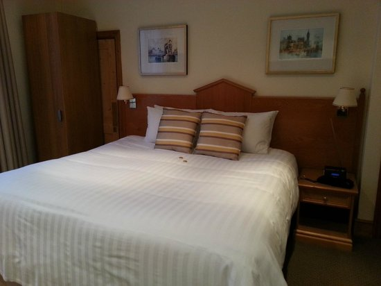 Copper Beech House Luxury Bed and Breakfast: Attractive room and comfy bed!