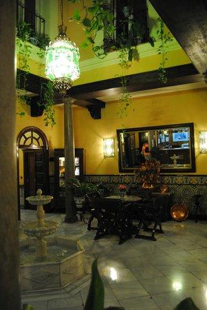Reina Cristina Hotel: zaguan de entrada