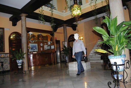 Reina Cristina Hotel: entrada probando mi camara jajaaj