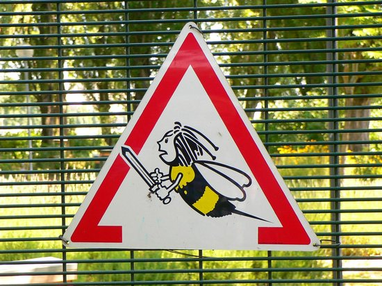 Ibis Paris La Defense Centre: A friendly warning sign on the island site! (no worries; no bees were seen during our visit!)
