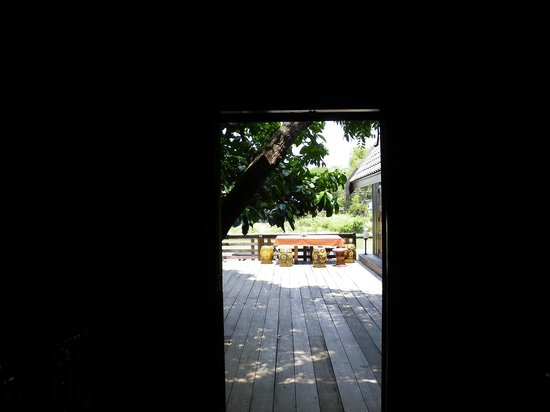 Ayothaya Riverside Hotel: View from Hallway to the front stoop.