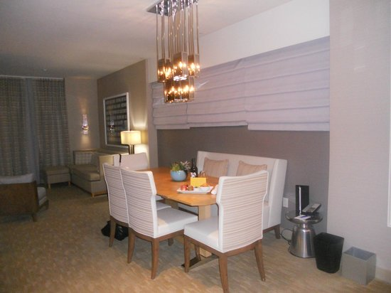Kimpton Hotel Wilshire: Dining Area in suite