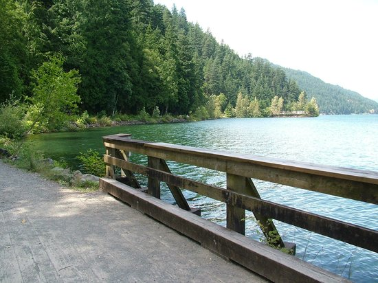 Harrison Lake & Hot Springs: Lovely lakeside walking path to the Hot Springs