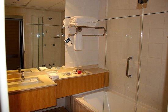 Novotel Sydney on Darling Harbour: Bathroom